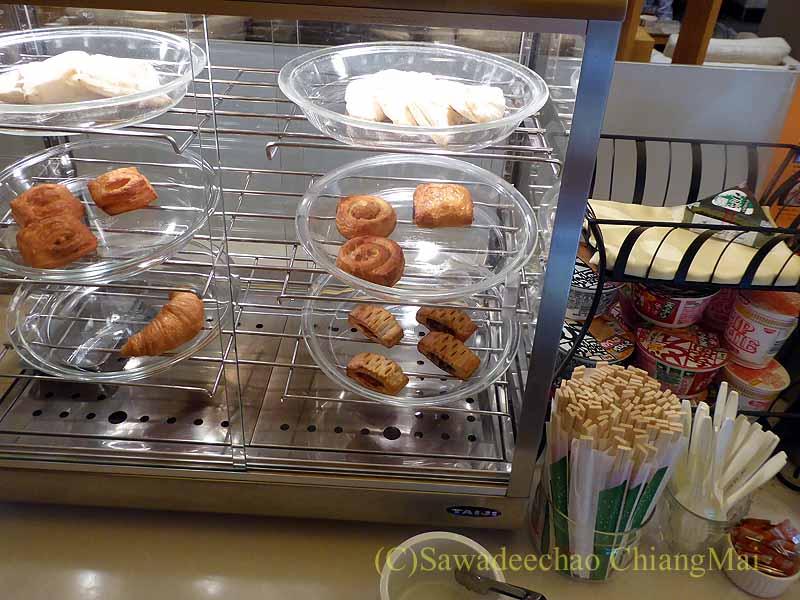 成田空港の中華航空ラウンジのパンやペイストリーコーナー