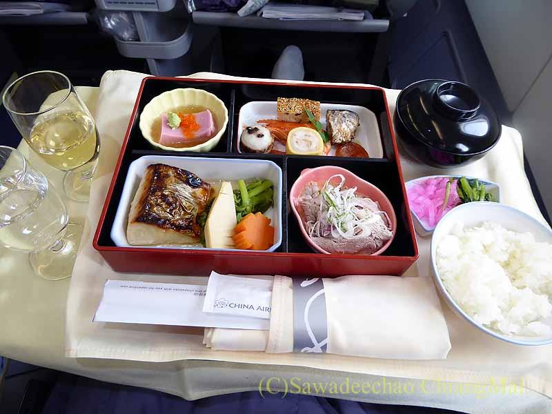 チャイナエアラインCI107便のビジネスクラスで出た機内食全景