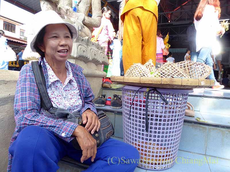 チェンマイのシャン族寺院ワットパーパオの放生用の鳥売り