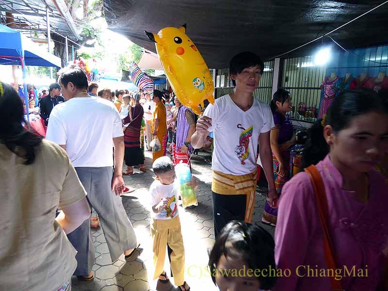 チェンマイのシャン族寺院ワットパーパオの境内の買い物客