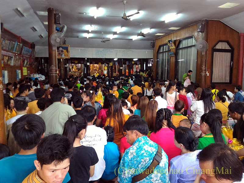 チェンマイのシャン族寺院ワットパーパオの本堂内の人混み