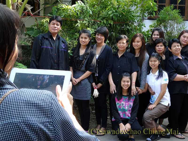 チェンマイ郊外の田舎の村での葬儀での記念撮影