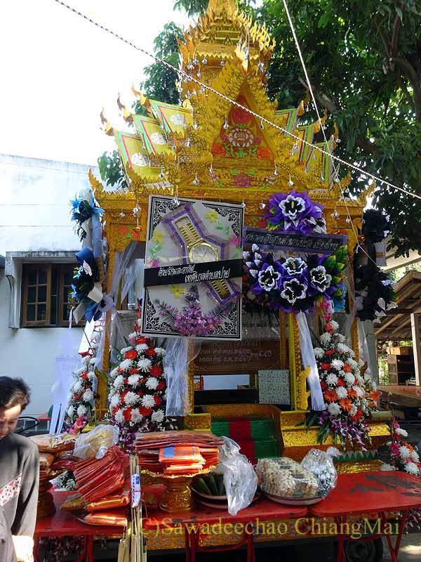 チェンマイ郊外の田舎の村での葬儀の霊柩山車