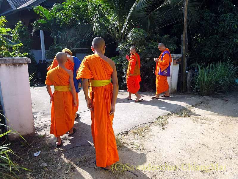 チェンマイ郊外の田舎の村で葬儀にやって来た僧侶たち