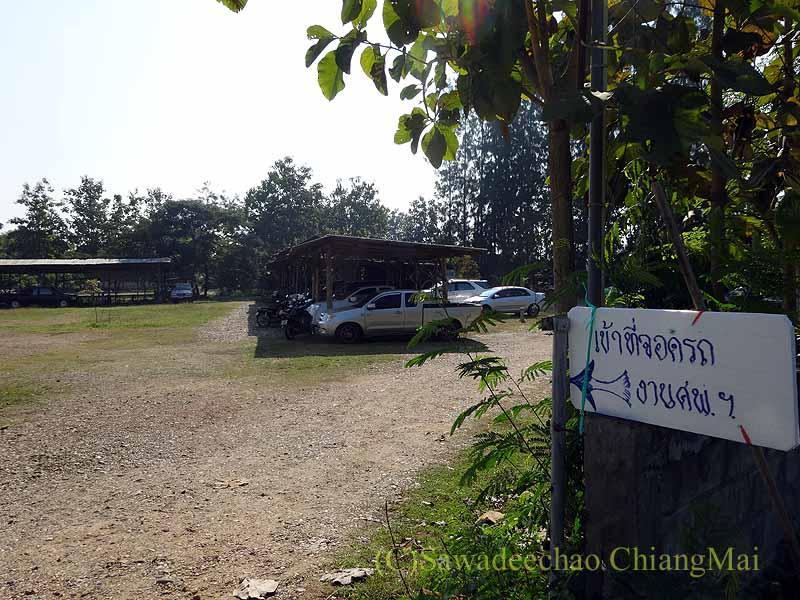 チェンマイ郊外の田舎の村での葬儀の駐車場