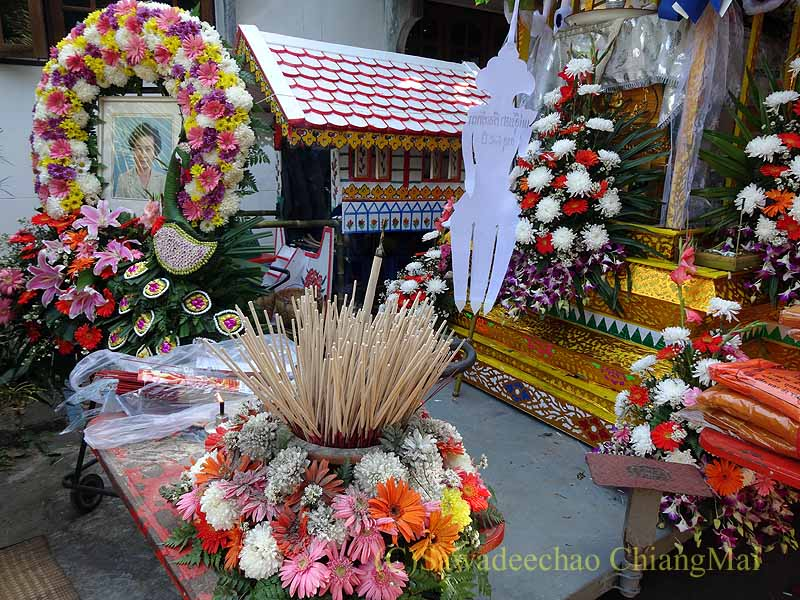 チェンマイ郊外の田舎の村での葬儀の焼香場所