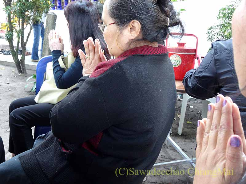 チェンマイ郊外の田舎の村での葬儀での読経