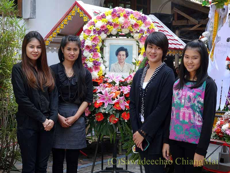 チェンマイ郊外の田舎の村での葬儀の遺影の前での記念撮影
