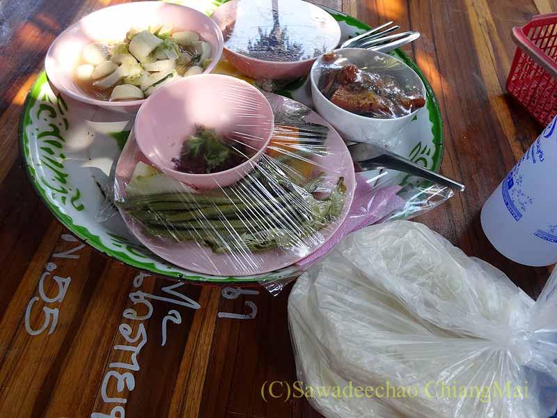 チェンマイ郊外の田舎の村での葬儀の食事