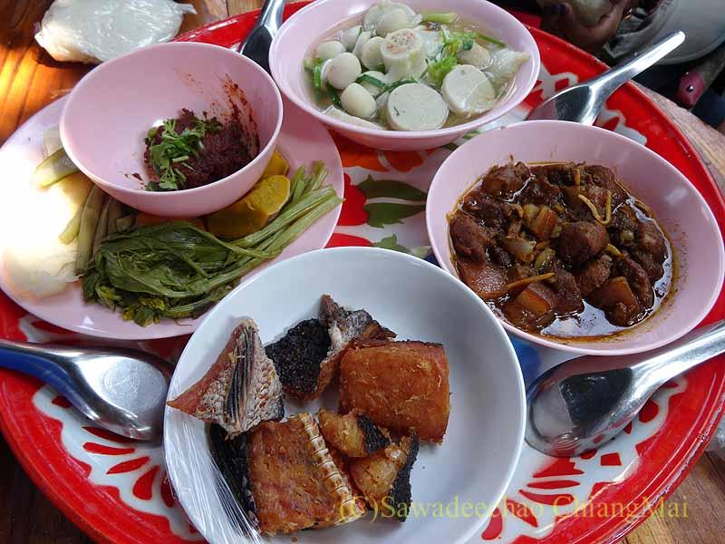 チェンマイ郊外の田舎の村での葬儀での食事全景