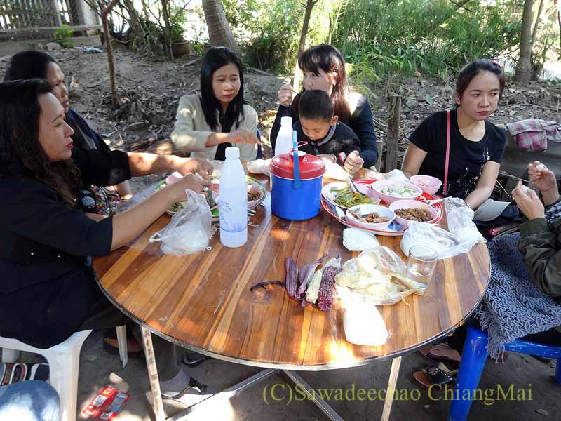 チェンマイ郊外の田舎の村での葬儀の食事風景