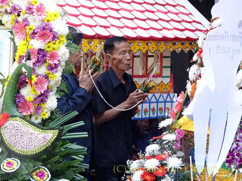 チェンマイ郊外の田舎の村での葬儀での山車の前での読経