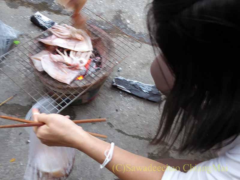 チェンマイのタイ人の家での年越しパーティーのイカ焼き