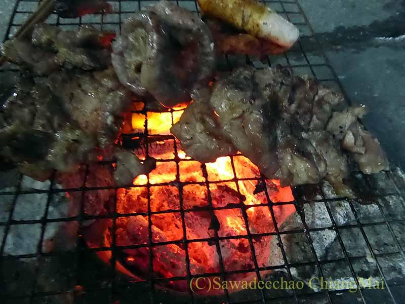 チェンマイのタイ人の家での年越しパーティーの肉の網焼き