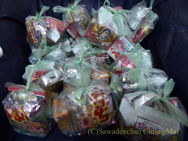 チェンマイ市内の元旦特別タムブン(徳積行)の供物の袋