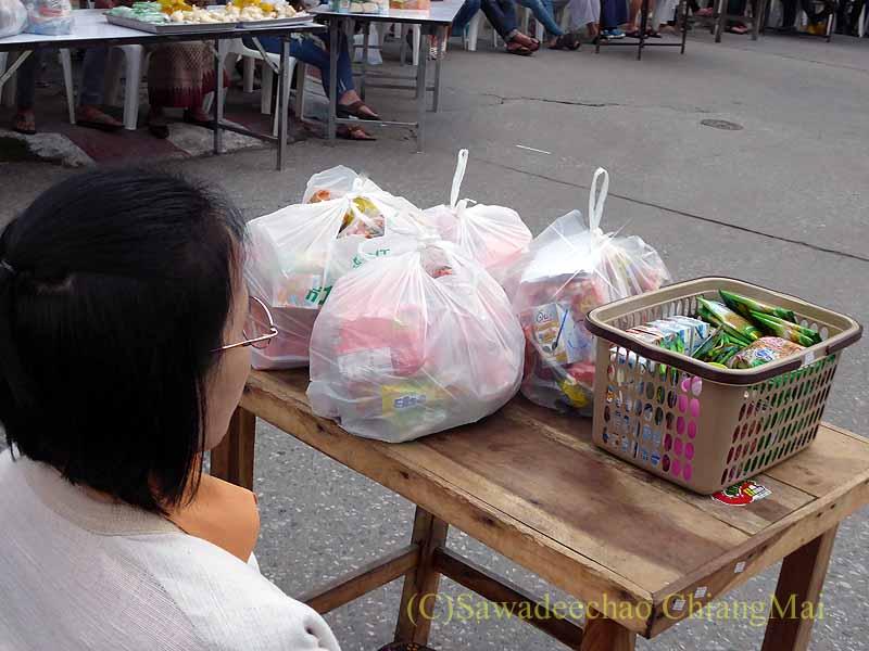 チェンマイ市内の元旦特別タムブン(徳積行)開始を待つ人々の供物
