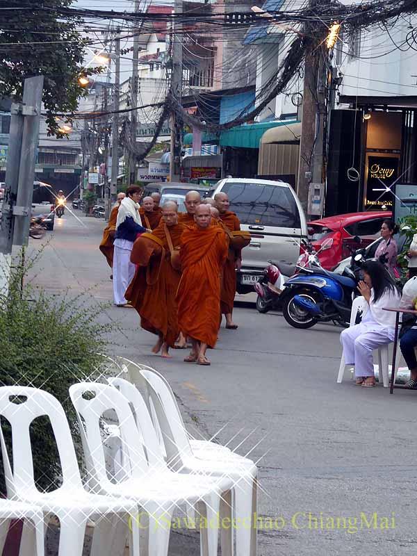 チェンマイ市内の元旦特別タムブン(徳積行)にやって来た僧侶