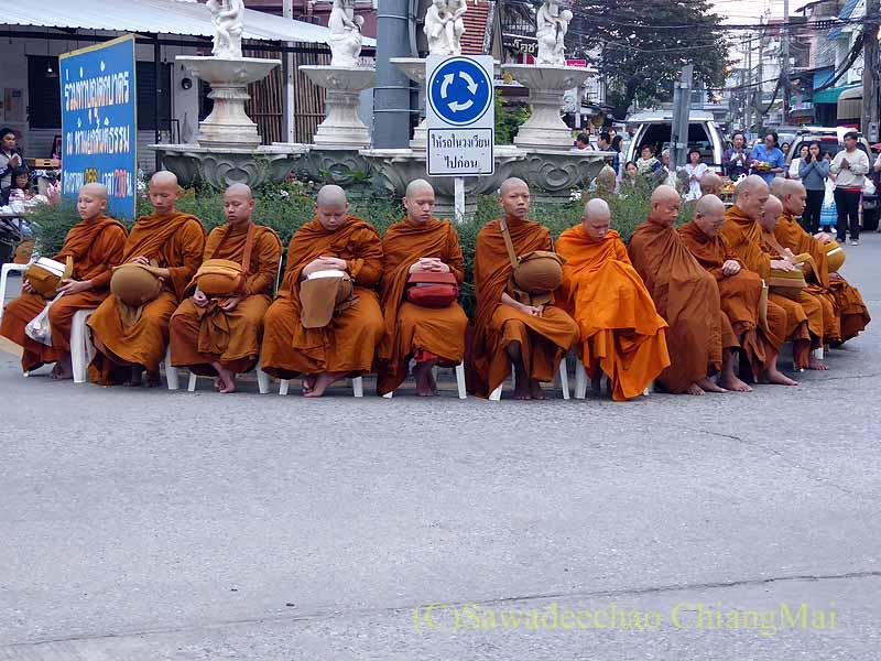 チェンマイ市内の元旦特別タムブン(徳積行)を始める前の僧侶