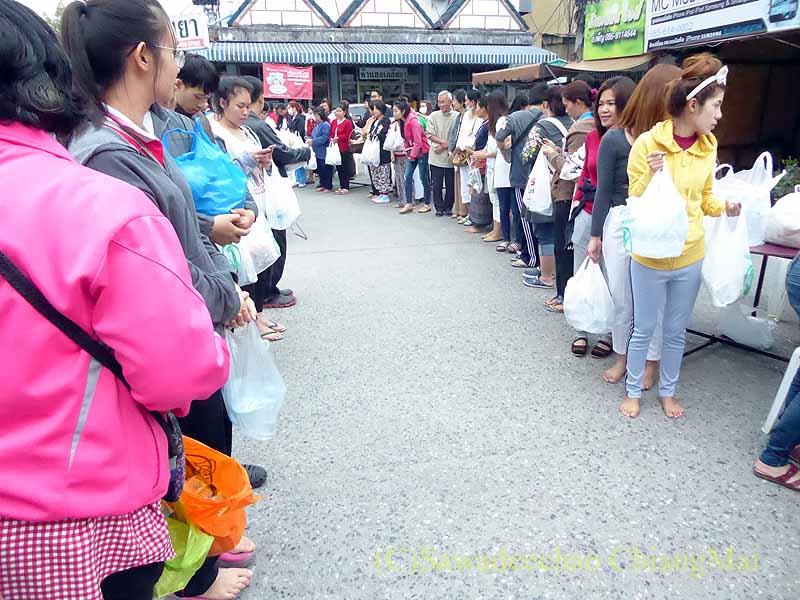 チェンマイ市内の元旦特別タムブン(徳積行)で列を作る参加者