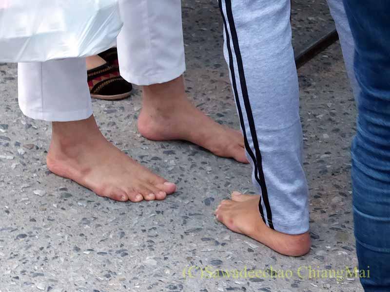 チェンマイ市内の元旦特別タムブン(徳積行)の人々の足