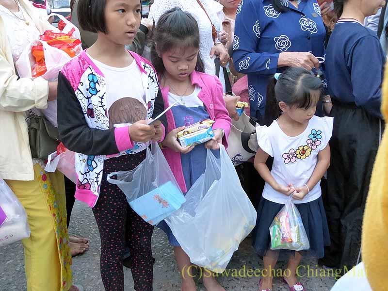 チェンマイ市内の元旦特別タムブン(徳積行)の子供たち