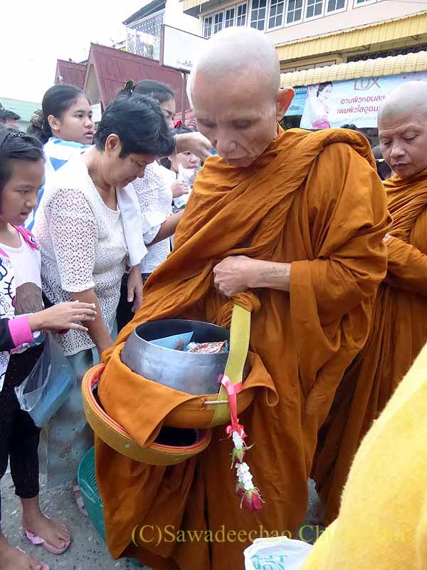 チェンマイ市内の元旦特別タムブンで鉢を持つ僧侶