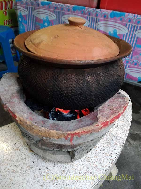 チェンマイのタイ人の家での年越しパーティーの土鍋