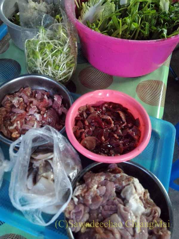 チェンマイのタイ人の家での年越しパーティーの準備