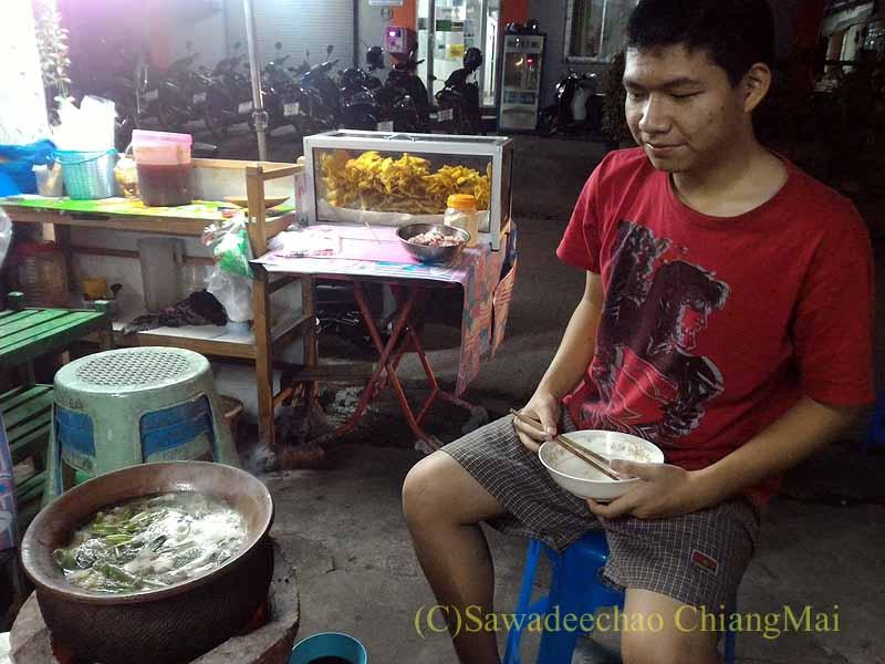 チェンマイのタイ人の家での年越しパーティーの鍋の前の子供