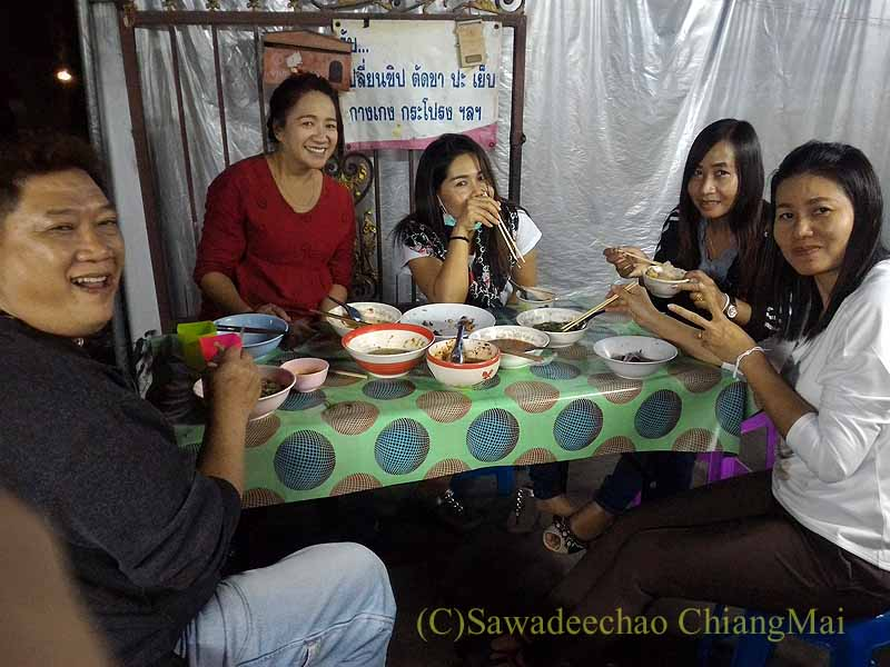 チェンマイのタイ人の家での年越しパーティーの女性たち