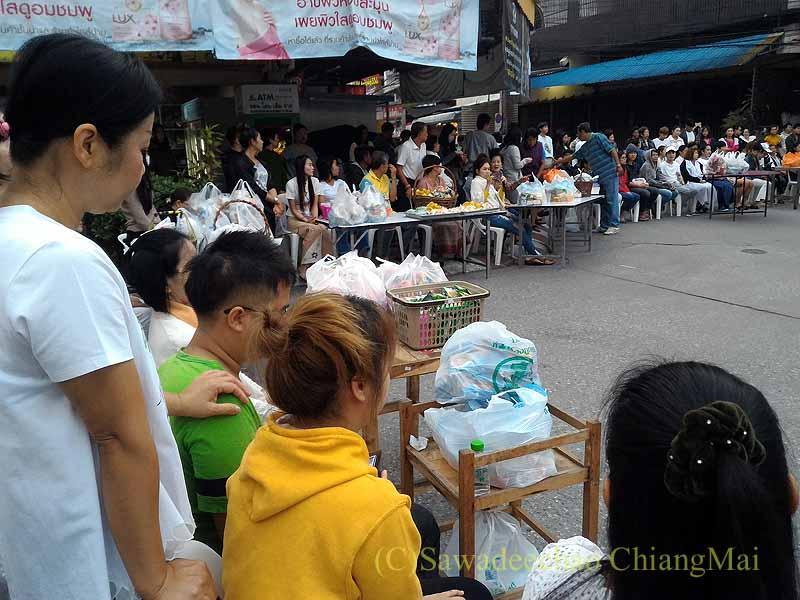 チェンマイ市内の元旦特別タムブン(徳積行)開始を待つ人々