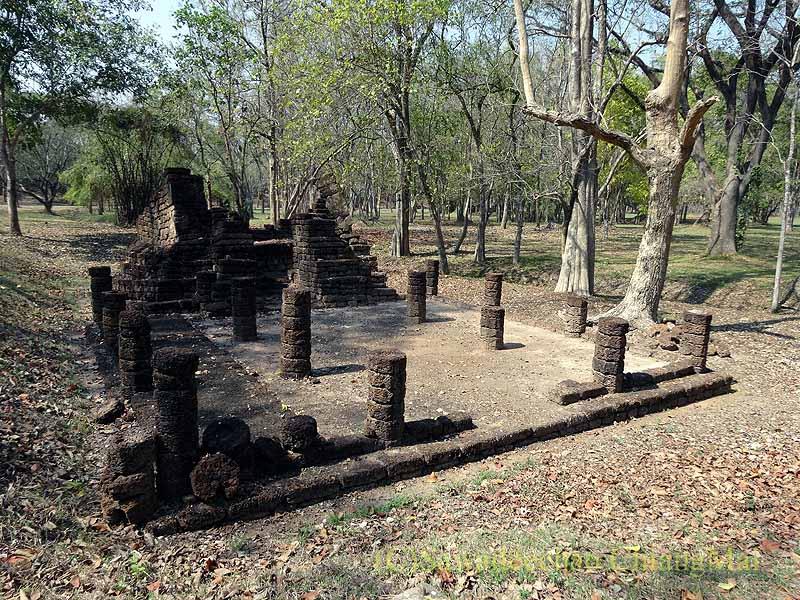 タイのシーサッチャナーライ歴史公園の歩道沿いの本堂の遺跡