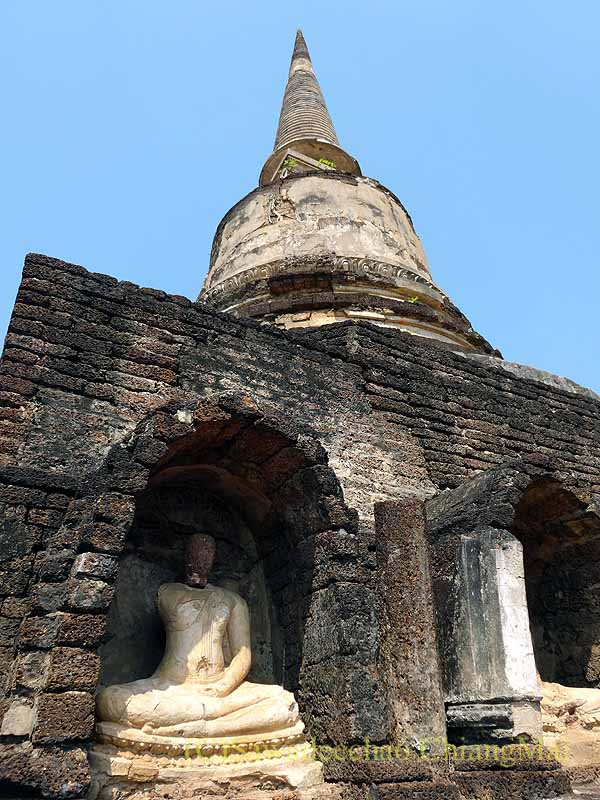 タイのシーサッチャナーライ歴史公園のワットチャーンロームの仏像