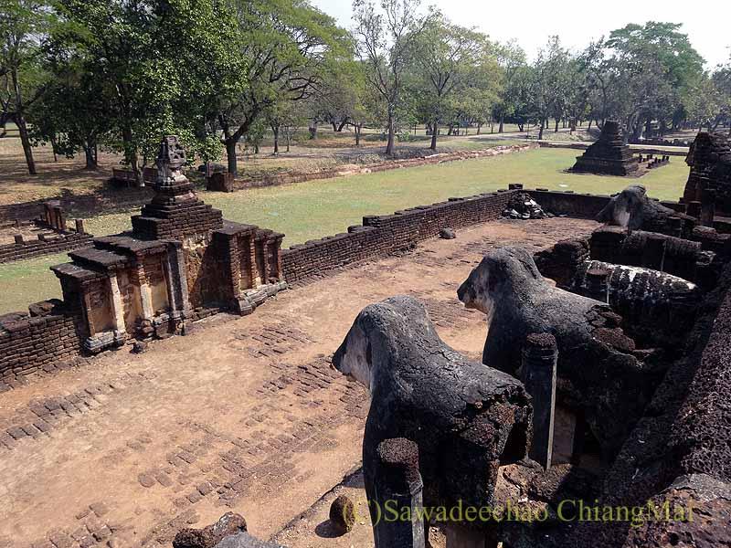 タイのシーサッチャナーライ歴史公園のワットチャーンロームの上からの景色