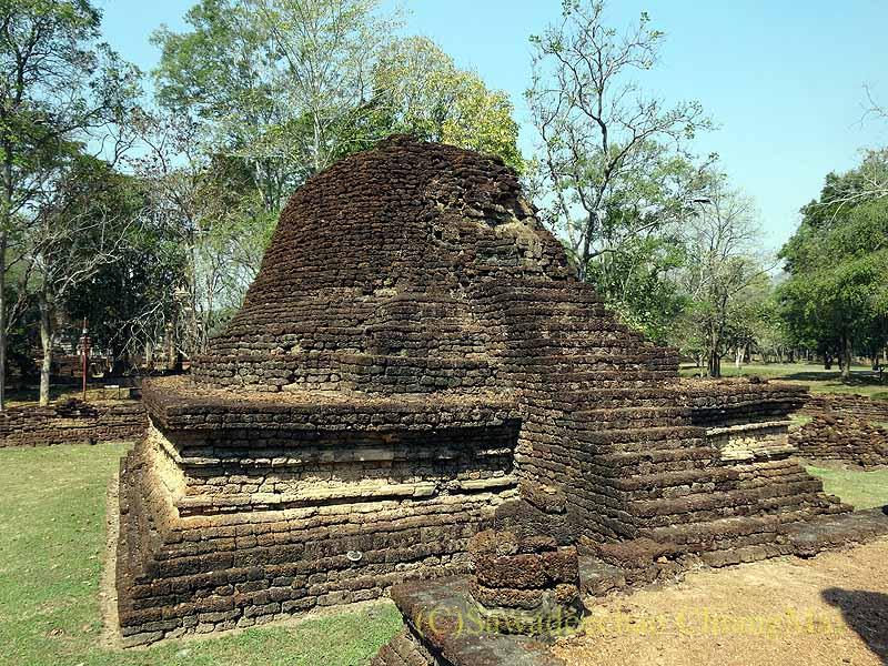 タイのシーサッチャナーライ歴史公園のワットナーンパヤーの仏塔