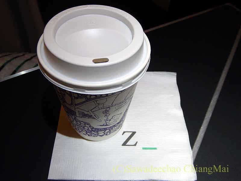 ジップエアのフルフラットシートでオーダーしたコーヒー