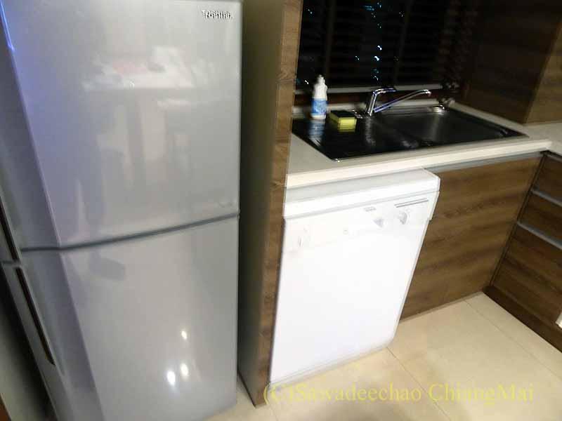 バンコクの隔離措置施設THE VERTICAL SUITEの冷蔵庫と食洗機