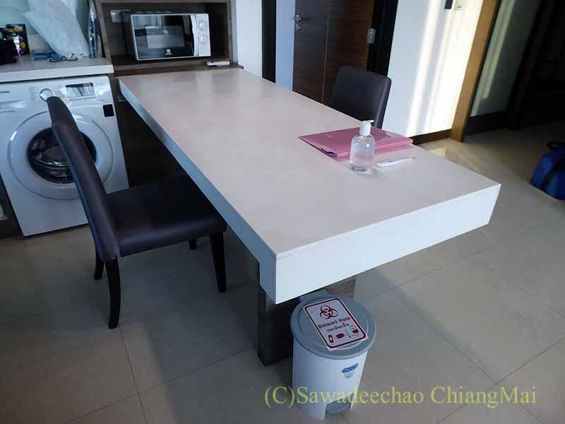 バンコクの隔離措置施設THE VERTICAL SUITEのダイニングテーブル