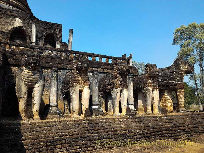 タイのシーサッチャナーライ歴史公園のワットチャーンロームの象
