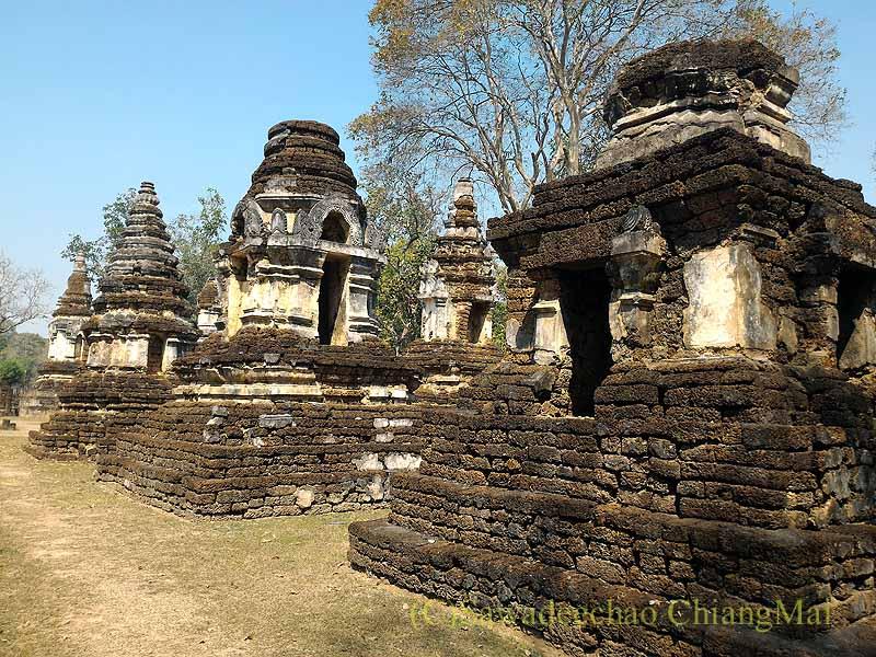 タイのシーサッチャナーライ歴史公園のワットチェディチェットテーウの仏塔群