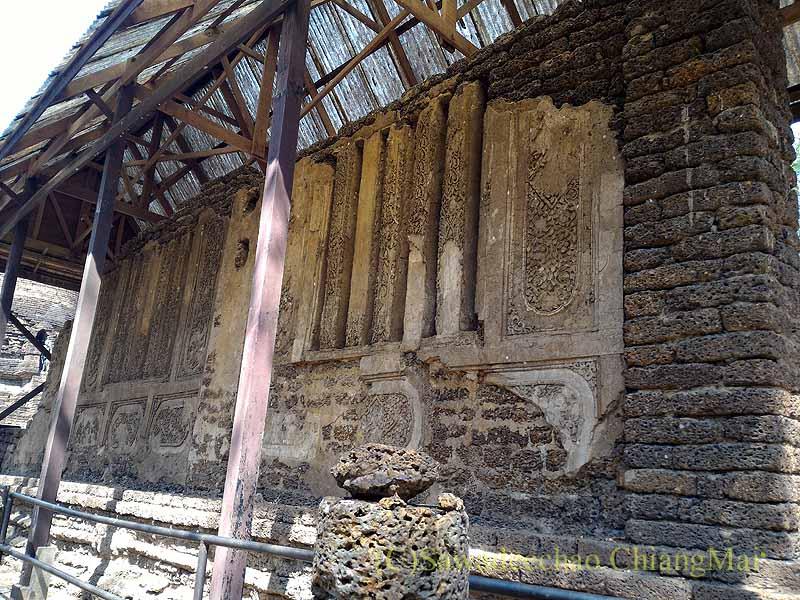 タイのシーサッチャナーライ歴史公園のワットナーンパヤーの本堂の壁