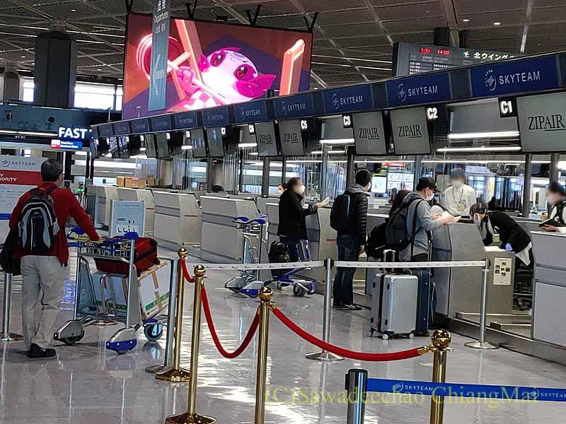 コロナ禍の成田空港のジップエアのチェックインカウンター