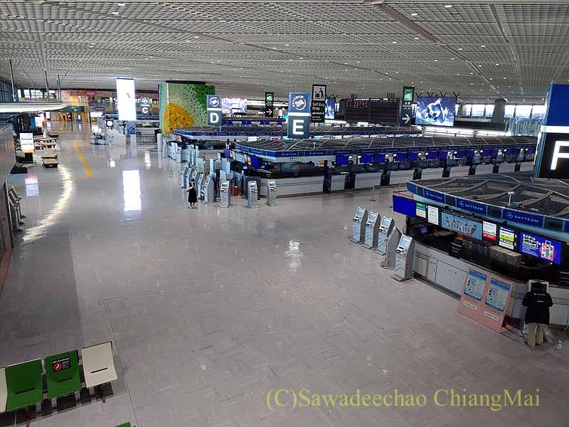 コロナ禍でまったく人がいない成田空港のターミナル