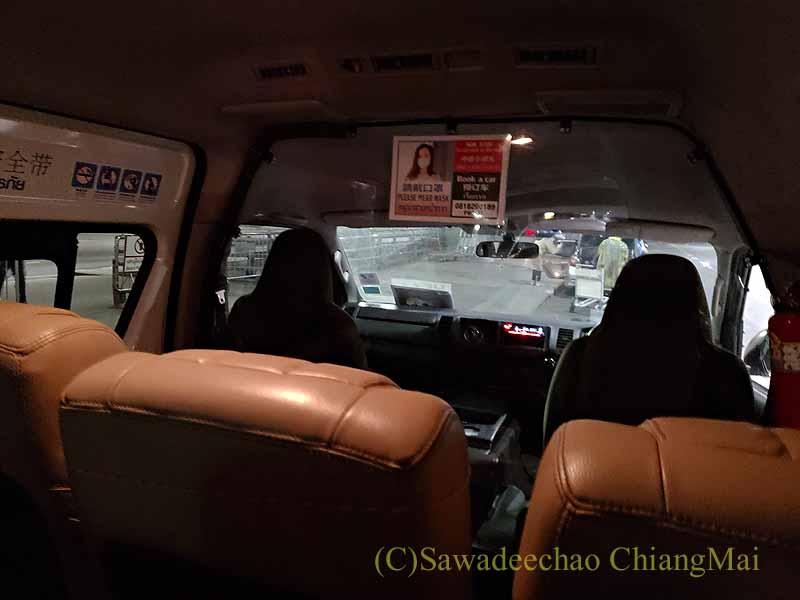 スワンナプーム空港から隔離措置施設に向かう車