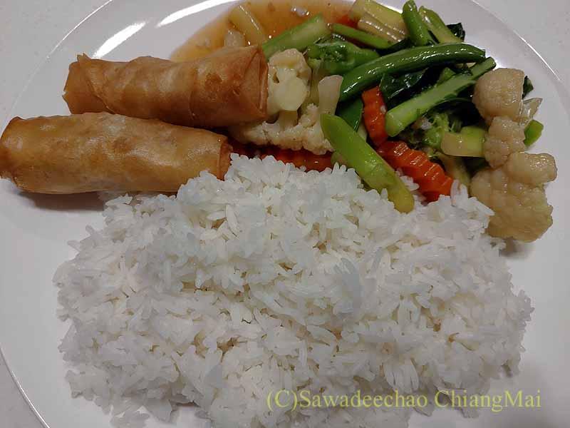 バンコクの隔離措置施設THE VERTICAL SUITEの皿に盛った食事