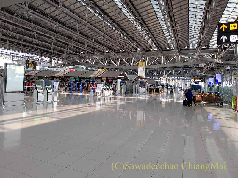コロナ禍での閑散としたスワンナプーム空港のターミナル