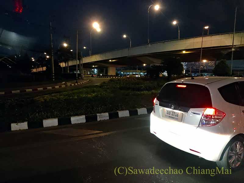 コロナ禍で交通量が少ないチェンマイのエアポート交差点