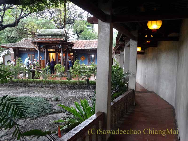 台北郊外にある林本源園邸の来青閣への廊下