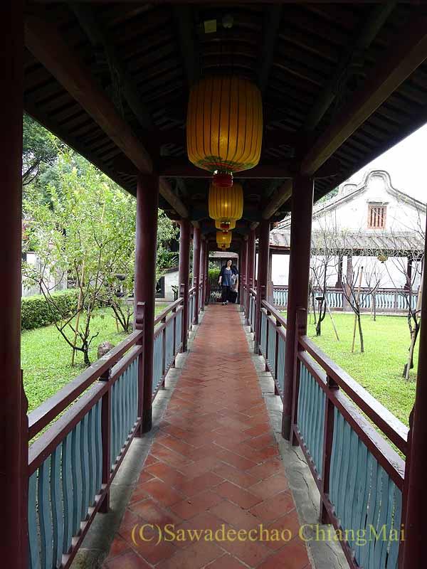 台北郊外にある林本源園邸の方鑑斎への廊下