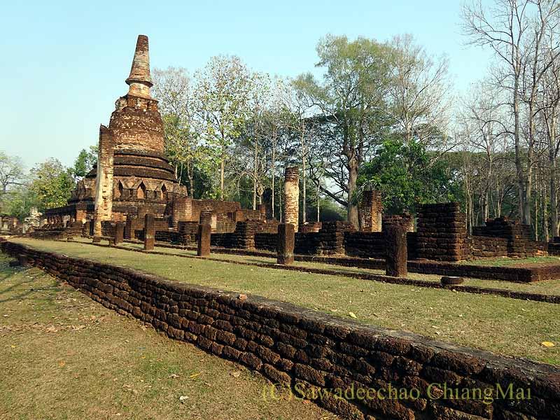 タイのカムペーンペット遺跡のワットプラケーオの本堂と仏塔